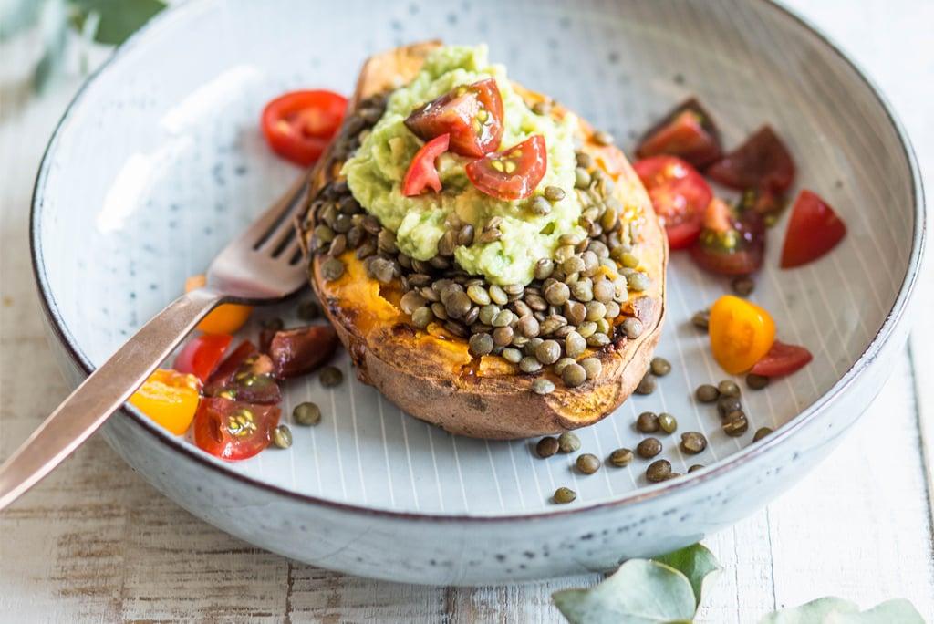 Gefüllte Süßkartoffel mit Linsen und Avocadocreme